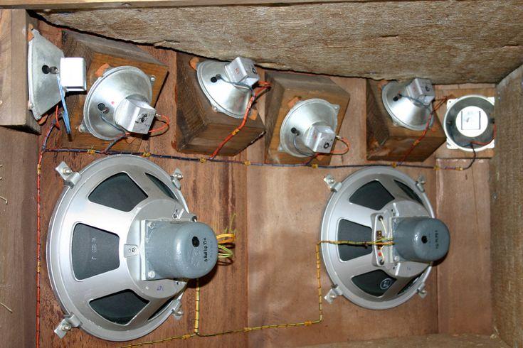 """SIEMENS/KLANGFILM(シーメンス/クラングフィルム)製の家庭用大型コーナースピーカーシステムです。 型番 6 Ruf lsp. 23a 製造番号 480183 - Dimensions: 108 (H) x 110 (W) x 75 (D) cm, - Weight: 75 Kg, - Drivers: -> 4 x 10"""" bass/mid drivers 6Ruf-lsp-15n with VAC (Vacuumschmelze Betrieb Berlin) magnets, -> 6 x tweeters/high-frequency drivers.  トィーターを扇状に配置して、モノラルでありながら音場感がよく表現されます。 6Ruf-lsp-15nはbass/midドライバーとして使用されているが下側に配置される、ユニットにはバッフルを二重にしスリットを設けて、ハイカット効果を狙っており、実に手の込んだ作りとなっています。  6Ruf-lsp-15n(1955年製) VAC(Vac..."""