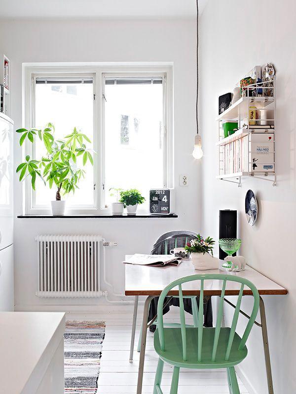 Witte ruimte met groene accenten _ oogt fris én toch gezellig.