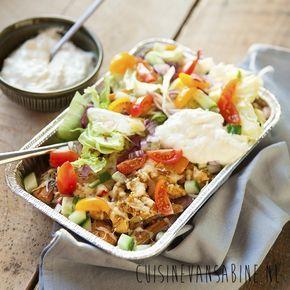 Super lekkere gezonde kapsalon, ook wel kipsalon! Met zoete aardappel, kip, magere kaas, lekker veel groentjes en een yoghurt knoflooksaus | cuisinevansabine