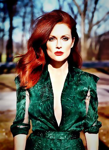 Julianne Moore in a green emerald dress. Stunning !