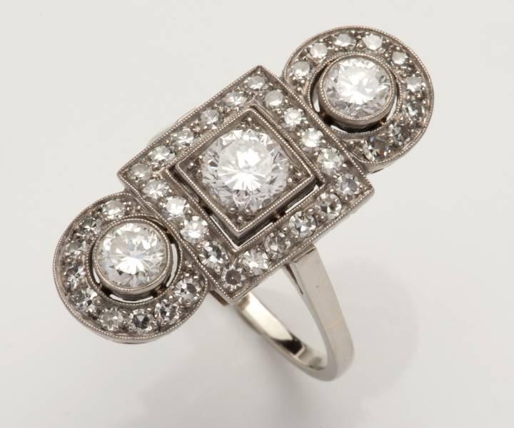 Ovaal middenstuk met 8-kant en briljant geslepen diamanten bezet in millegrain zetting.