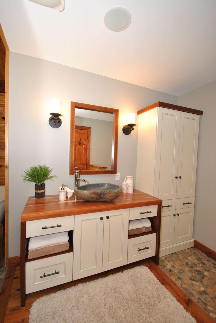 Meuble de salle de bain en merisier de couleur crème avec un ...