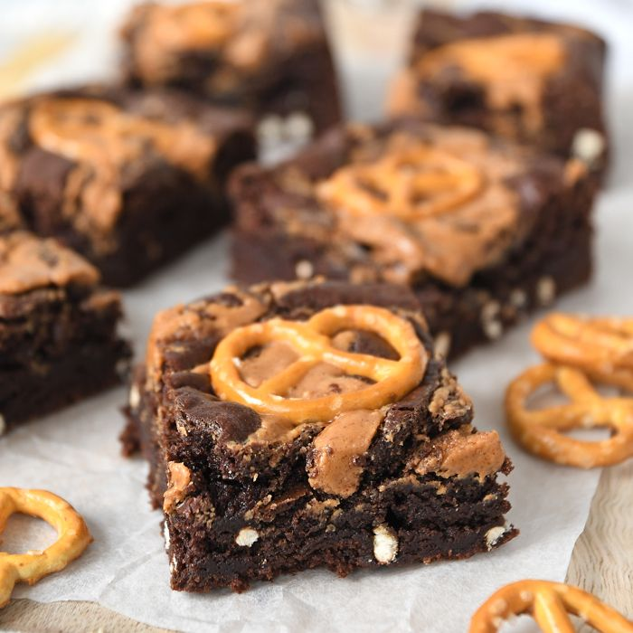 Een heerlijk brownie recept: de pindakaas-pretzel brownies! Met die fijne zoet-zout combinatie en een crunch van de pretzels is dit een heerlijk recept.