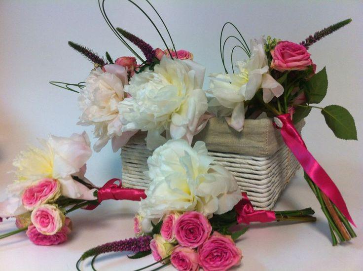 Conjunto de prqueños ramos de novia con rosas de distintos colores y verdes para Damas de Honor by Masshiro
