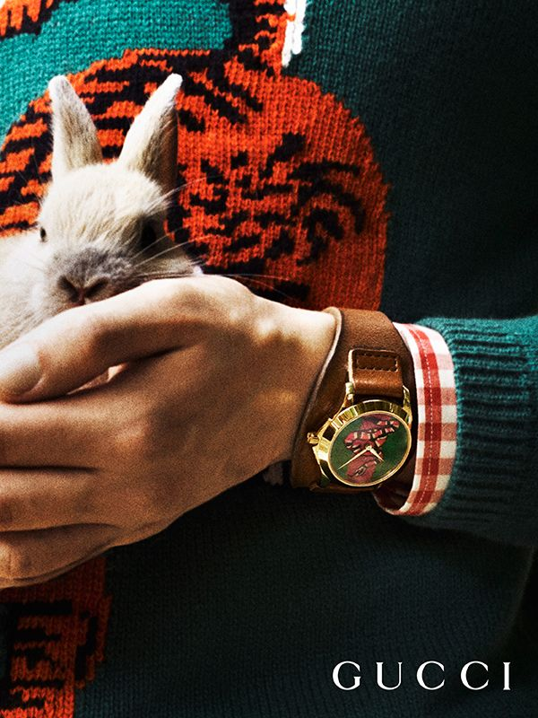 Discover more gifts from the Gucci Garden by Alessandro Michele. The Marché de Merveilles watch with leather strap and kingsnake embroidered on the dial.