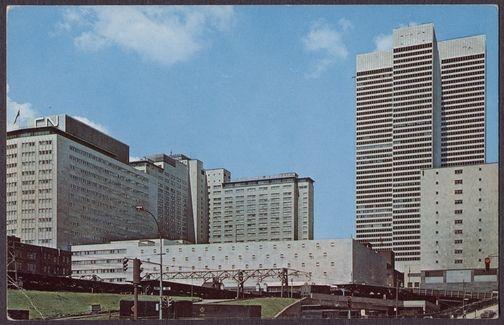 Place Ville Marie, Hôtel Reine Elizabeth, et bureaux de C.N.    Carte postale  13.9 cm x 8.9 cm  Dinu Bumbaru  © Dinu Bumbaru, © Héritage Montréal
