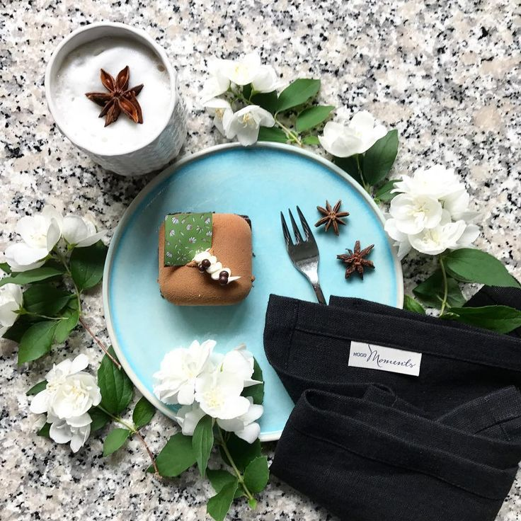 Coffee + Flowers + Sweets + Beautiful objects = 4 reasons to smile ��Kawa + Kwiaty + Słodkości + Piękne przedmioty =  4 powody do uśmiechu��Mint mousse - perfect dessert for hot day ������mus miętowy - idealny deser na upał������talerz z kolekcji Laguna, kubek z kolekcji Retrospekcje, serwetka Lniana Manufaktura - wszystko od Mood Moments -link w bio #pomyslnaprezent #moodmoments #ciastko #moussecake #blackceramics #blueceramic #linenlove #linennapkins #tiramisu #deser #dekoracjedomu…