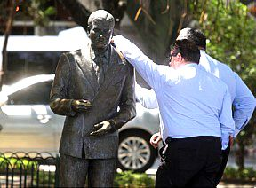 Ediçao do Globo roubada da estatua de Ibrahim Sued no Copa será recolocada em setembro http://www.bluebus.com.br/edicao-do-globo-roubada-da-estatua-de-ibrahim-sued-no-copa-sera-recolocada-em-setembro/#