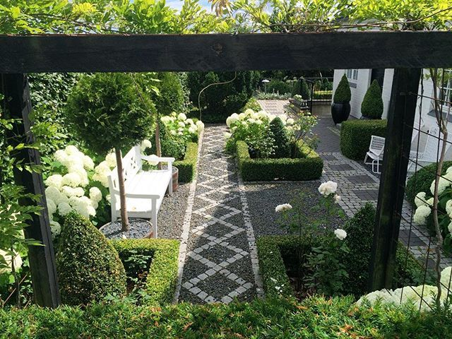 White garden before the rain came. Danish summer ☀️🌦☁️💦⛈ #romanticgarden #hydrangea #annabelle #topiary #buksbom #boxwood #whitegarden