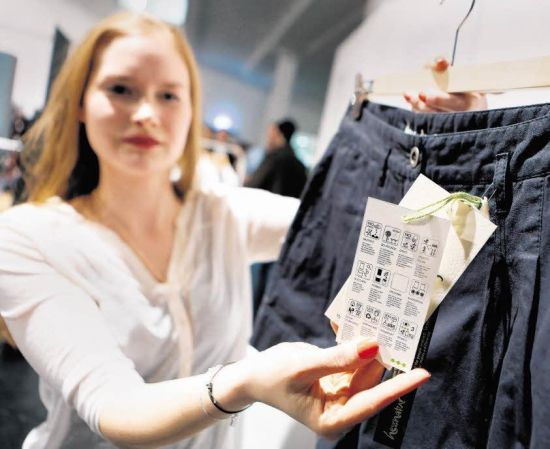 Nachhaltig produziert – oder nicht? Victoria Michel gibt mit ihrem Labeling-System für Kleidung einen raschen Überblick: Eine der Diplomarbeiten im Fachbereich Gestaltung der Hochschule. Foto: André Hirtz