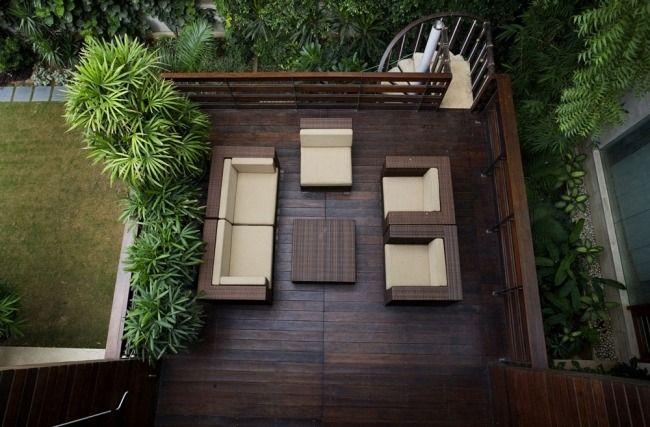 kleine terrasse holz bodenbelag geländer rattan outdoor möbel