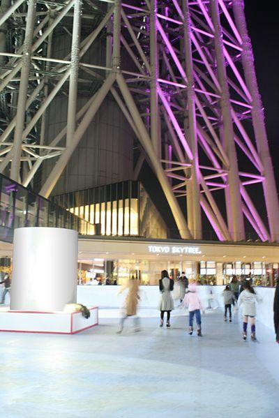 イルミネーションを楽しみながら。東京スカイツリータウンのスケート場の画像