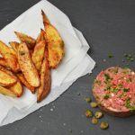Tatárbifsztek (brüsszeli változat) ropogós sült krumplival