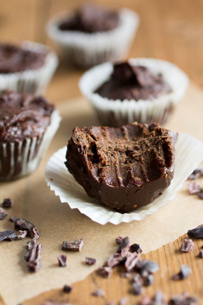 Paleo Fudge Ingrediënten: 50g extra vierge kokosolie 250g zonnebloempasta/pompoenpitpasta 100 ml honing 6 el cacao 2 el cacao nibs ¼ tl grof zeezout