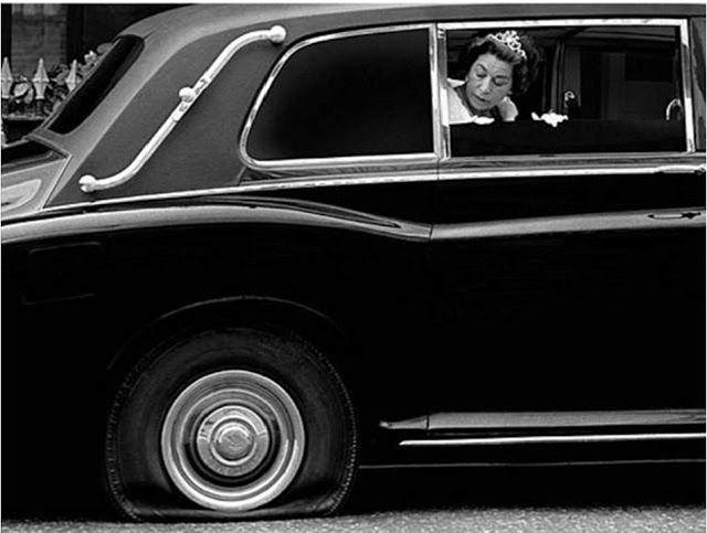 Foto na História: A rainha e o pneu furado
