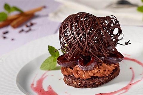 Elegancki i efektowny deser śliwkowo-czekoladowy według Pawła Małeckiego, czyli słodki biszkopt czekoladowy, korzenne śliwki i czekoladowy mus. Próbowałeś już?