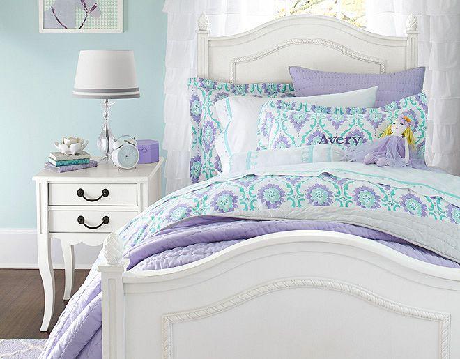 déco chambre enfant - lit en bois blanc avec ornements, table de chevet rétro et literie en lilas,blanc et turquoise