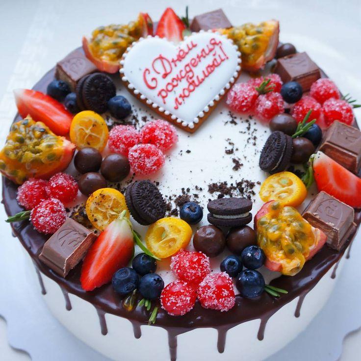 Чего только нет на моих тортах  ☝ -вишня в сахаре, шоколадные шарики , маракуйя,голубика, розмарин,шоколад,мини-Орео,кумкват,клубника #мужчинам_macarons