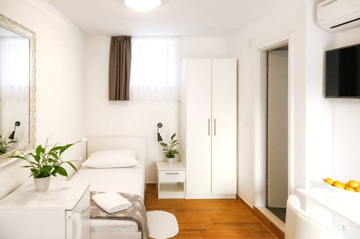 Soukromý pokoj v Split, HR. My place is close to public transport, the city center, and art and culture. You'll love my place because of the outdoors space, the neighborhood, the light, and the comfy bed. My place is good for couples, solo adventurers, business travelers, an...