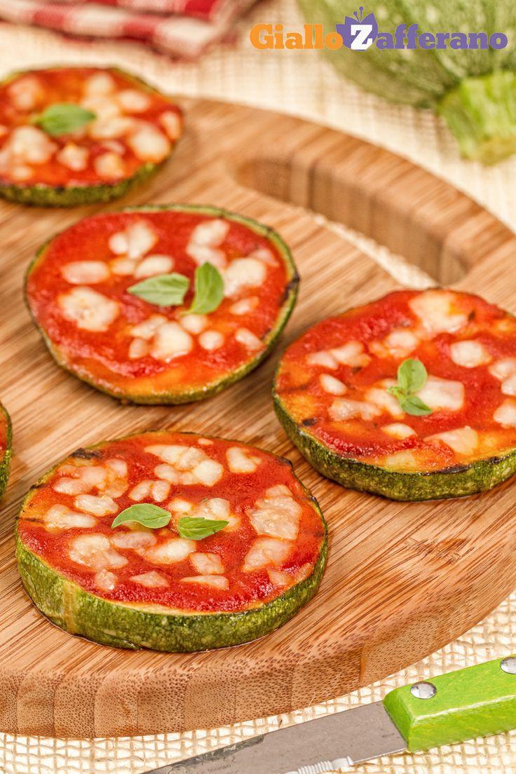 Le PIZZETTE DI #ZUCCHINE (zucchini pizzas) sono amate da grandi e piccini...un antipasto sfizioso da preparare in poco tempo! #ricetta #GialloZafferano