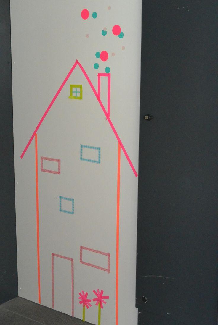 De liftdeur is afgesloten met een board en bewerkt met washi tape