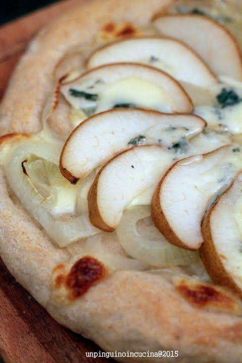 Onion, Blue Cheese and Pear Pizza - Pizza con cipolle stufate, gorgonzola piccante e pere