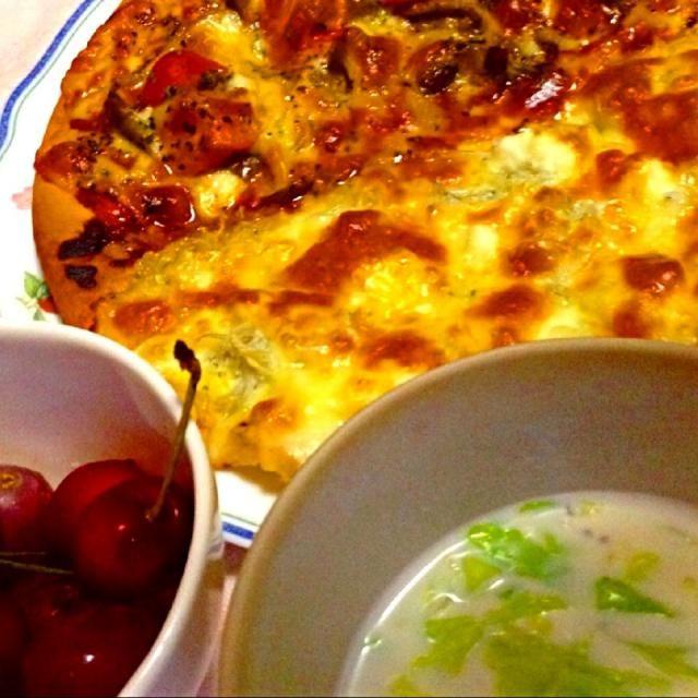 手順が多いようですが、ピザ生地にとにかく好きな物を盛っていけばOK♪ - 5件のもぐもぐ - ●ハーフ&ハーフピザ:①アンチョビ、トマト、キノコ②4種のチーズとしらす●ミルクスープ●ぶどうとアメリカンチェリー by ilovepsuke