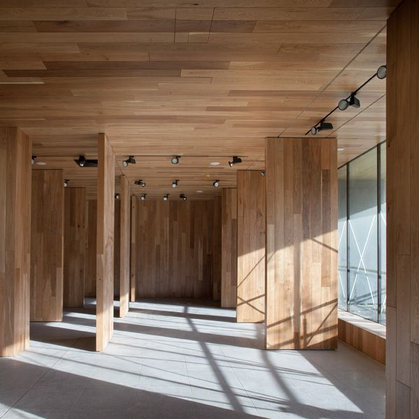 The timber element folds to become a ceiling and walls creating a gallery exhibition space on the southern end