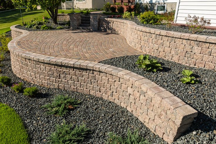 Warm colours bring comfort in this patio made with RomanPisa walls and Cobble pavers.