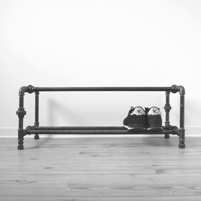 Liebevoll, in Hamburg handgefertigtes Schuhregal aus Stahlrohr. Zum Abstellen und ordentlichem Verstauen deiner Sneakers, Boots, High Heels und Öko-Sandalen.Das Rack besteht aus 2,1 cm dickem geschweißtem Stahlrohr. So entsteht eine sehr dezente, zurückhaltende Optik, die sich in jeden Raum einfügt. Maße: Breite 82 cm · Höhe 30 cm · Tiefe 34 cmFarben: schwarz (anthrazit) oder verzinkt (silber)Die Lieferung erfolgt als Bausatz inkl. Montageanleitung.