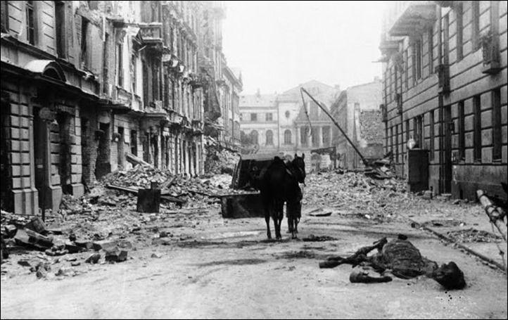 Apocalipse na rua Ordynacka  A devastação vista na Rua Ordynacka, em Varsóvia em 6 de março de 1940. A carcaça de um cavalo apodrece entre os escombros. Varsóvia esteve sob bombardeio  constante durante a invasão da Polônia. Em apenas um dia: 25 de setembro de 1939, cerca de 1.150 missões de bombardeio foram feitas por aviões alemães contra a capital polonesa, despejando mais de 550 toneladas  de bombas explosivas e incendiárias sobre a cidade.