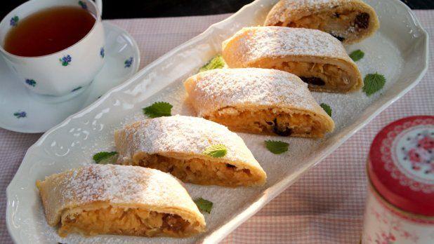 Z těsta můžete připravit dva delší nebo 3–4 kratší záviny, podle toho, máte-li rádi koncové patky. Podávejte navíc s karamelovou omáčkou nebo šodó, zmrzlinou, šlehačkou nebo kysanou smetanou. Rozinky můžete nahradit sušenými brusinkami nebo vynechat.