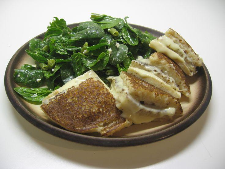 Frittelle di pane e formaggio con insalatina di spinaci crudi