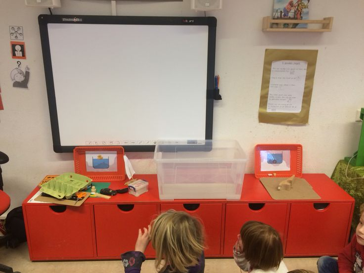 Kringactiviteit: drijven en zinken. Alle kinderen pakken een voorwerp uit de klas. Ze voorspellen eerst: gaat dit drijven of zinken? Leggen het voorwerp bij de eend of steen. Vervolgens mogen alle kinderen hun eigen voorwerp in het water leggen. Wat gebeurt er?
