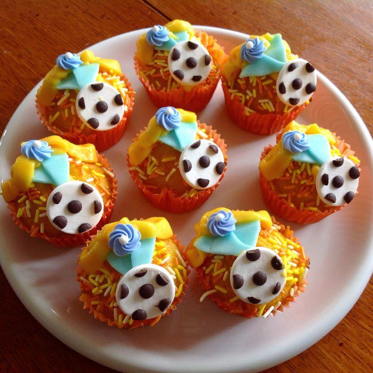 Voetbal-medaille gebak.  Met citroen, gele room en fondant. Football medal muffins, mmm