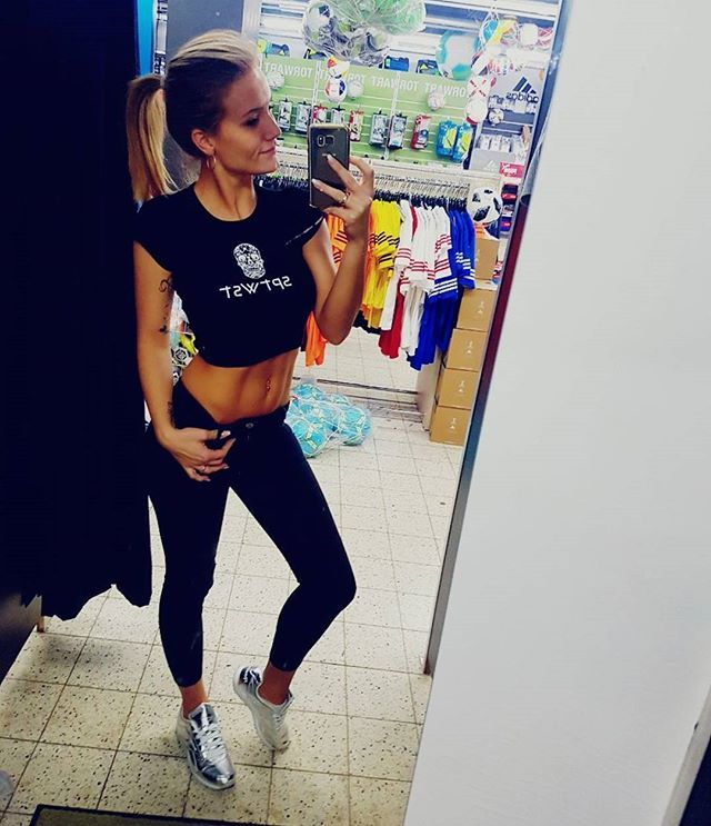 Reposting @sonialieb89: 》》》 S P T W S T 《《《 #sptwst #style  #sptwstdiemodemanufaktur #fashion #love #modelabel #werbung #mirrorselfie @sportwest_koeln  #husband #kiss #fussball #shape #body #black #rbk #reebok #beauty #bauchfrei #silver