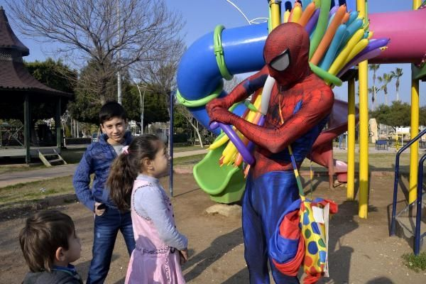 """İş bulamayan jeoloji mühendisi, """"Örümcek adam"""" olup balon satıyor!"""