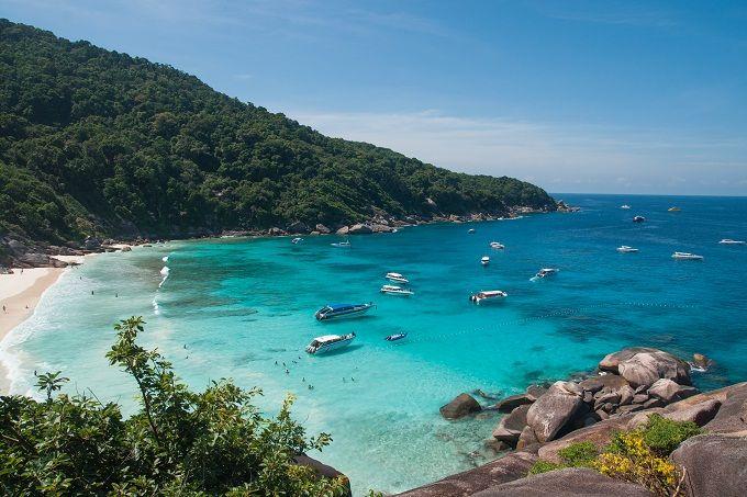 Storia, arte, cultura, gastronomia, natura: la Thailandia è un mix vincente e, se qui cadrà la vostra scelta, non ve ne pentirete. Ci spostiamo nel sud-est asiatico, al confine con Laos, Cambogia, Malesia e Birmania. Le coste della Thailandia, che e' bagnata ad ovest dal Mar delle Andamane e ad est, sul Golfo del Siam, dal Mar Cinese meridionale, si estendono per più di 3.000 km, tra spiagge, rocce e lagune.