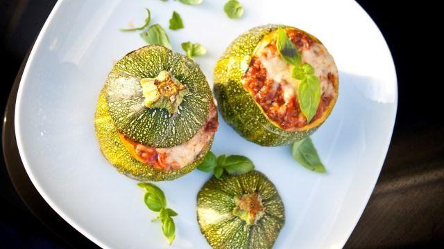 Recept na plněné cukety s mletým masem, rajčaty a sýrem, který můžete připravit z jakéhokoliv druhu cukety.