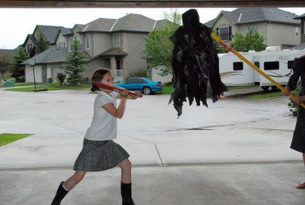 Termina la fiesta haciendo que tus invitados tomen turnos para golpear la piñata casera de dementor. | 31 Formas de organizar la mejor fiesta de cumpleaños con tema de Harry Potter