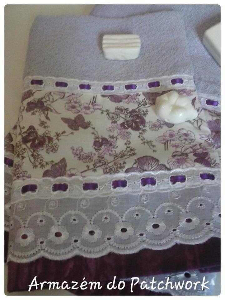 Trabalho feito em patchwork, <br> tecido 100% algodão, <br>bordado inglês, <br>passa fita e fita de cetim. <br>Toalhas Karsten ( 100% algodão)