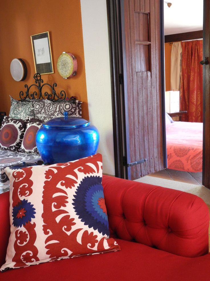 coussins au motifs Boukhara pour le salon de la Casa de Luz guest house dite la Maison Virvaire à Praia do Carvoeiro Algarve Portugal