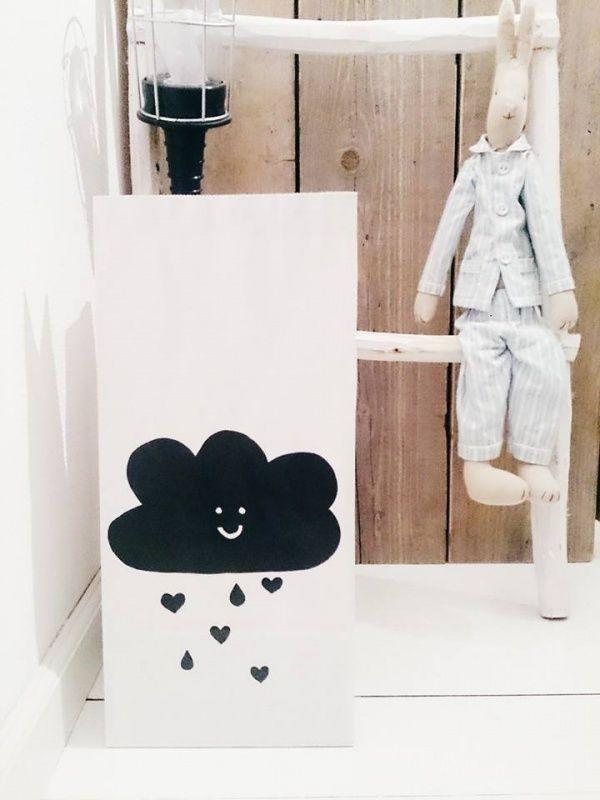 Papieren daiperbag met wolkje liefde Superleuke handgemaakte paper diaperbag met een liefdevolle wolk. Een gaaf item in huis, zeker voor de babykamer. Handig om een voorraad luiers of andere spulletjes in te bewaren. De zak kan wel tegen een stootje, het is gemaakt van stevig papier dus als de kleine ermee stoeit zal hij niet aan stukjes liggen. De zak is 44x20cm, en wordt verzonden als brievenbuspost.