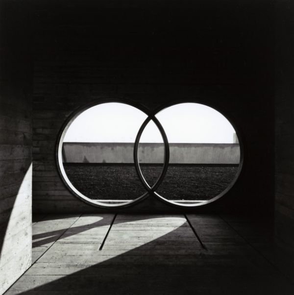 Photo by Gianni Berengo Gardin (San Vito d'Altivole-TV-1969-1978), designed by Carlo Scarpa to honor the memory of Giuseppe Brion, founder of the Brionvega