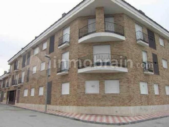Piso en la localidad de Gerindote con 115 m² repartidos en 3 habitaciones, 1 baño completo, 1 aseo, salón comedor y cocina. Plaza de garaje, trastero y piscina.