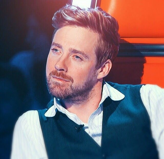 Ricky Wilson, frontman of the Kaiser Chiefs ~ Saturday's used to have the Two Ronnie's on - now we get this knob.