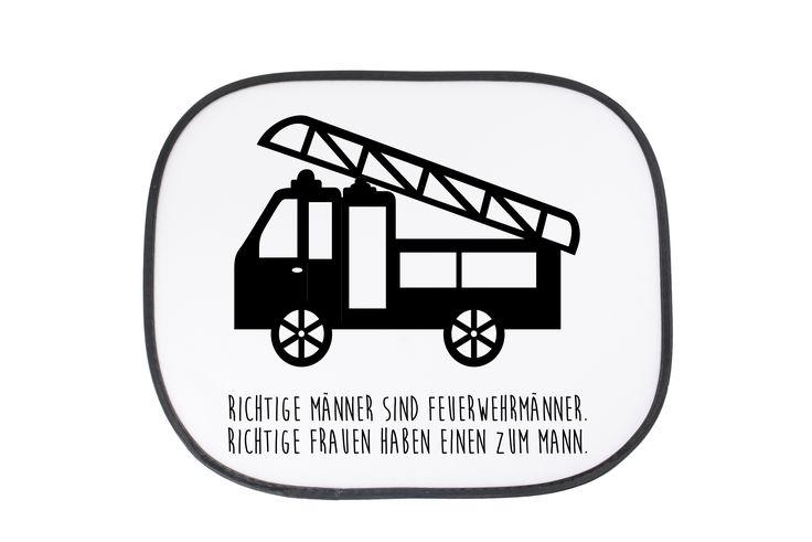 Auto Sonnenschutz Feuerwehr aus Kunstfaser  Natur - Das Original von Mr. & Mrs. Panda.  Der einzigartige Sonnenschutz von Mr. & Mrs. Panda ist wirklich etwas ganz Besonderes.    Über unser Motiv Feuerwehr  Sie sind immer für uns da, helfen unseren Katzen von den Bäumen, löschen jeden Brand und sind rund um die Uhr erreichbar - unsere freiwillige Feuerwehr.     Verwendete Materialien  Die Tasche ist aus Polyester hergestellt und wird von uns per Hand bedruckt. Es handelt sich um ein besonders…
