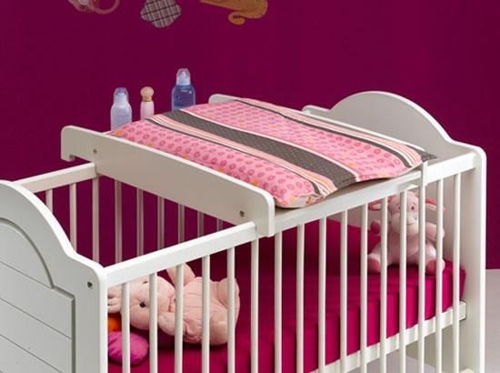 Gagnez de la place avec ce plan à langer sur lit bébé qui s'ôte et se range sans effort.
