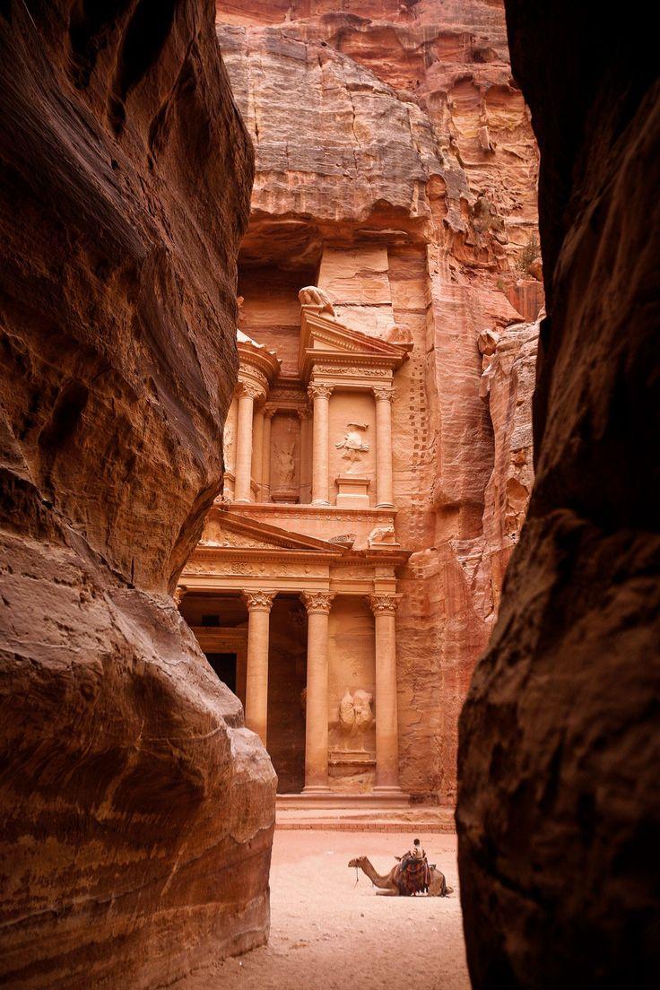Petra, la Ciudad Rosa del desierto jordano · National Geographic en español. · Grandes Viajes