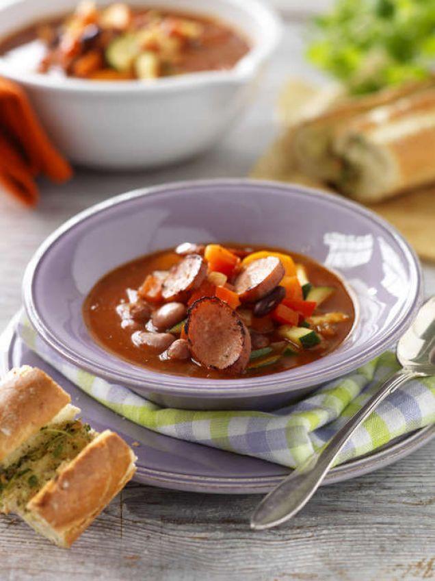 En chilihet soppa med blandade, kokta bönor och chorizo.